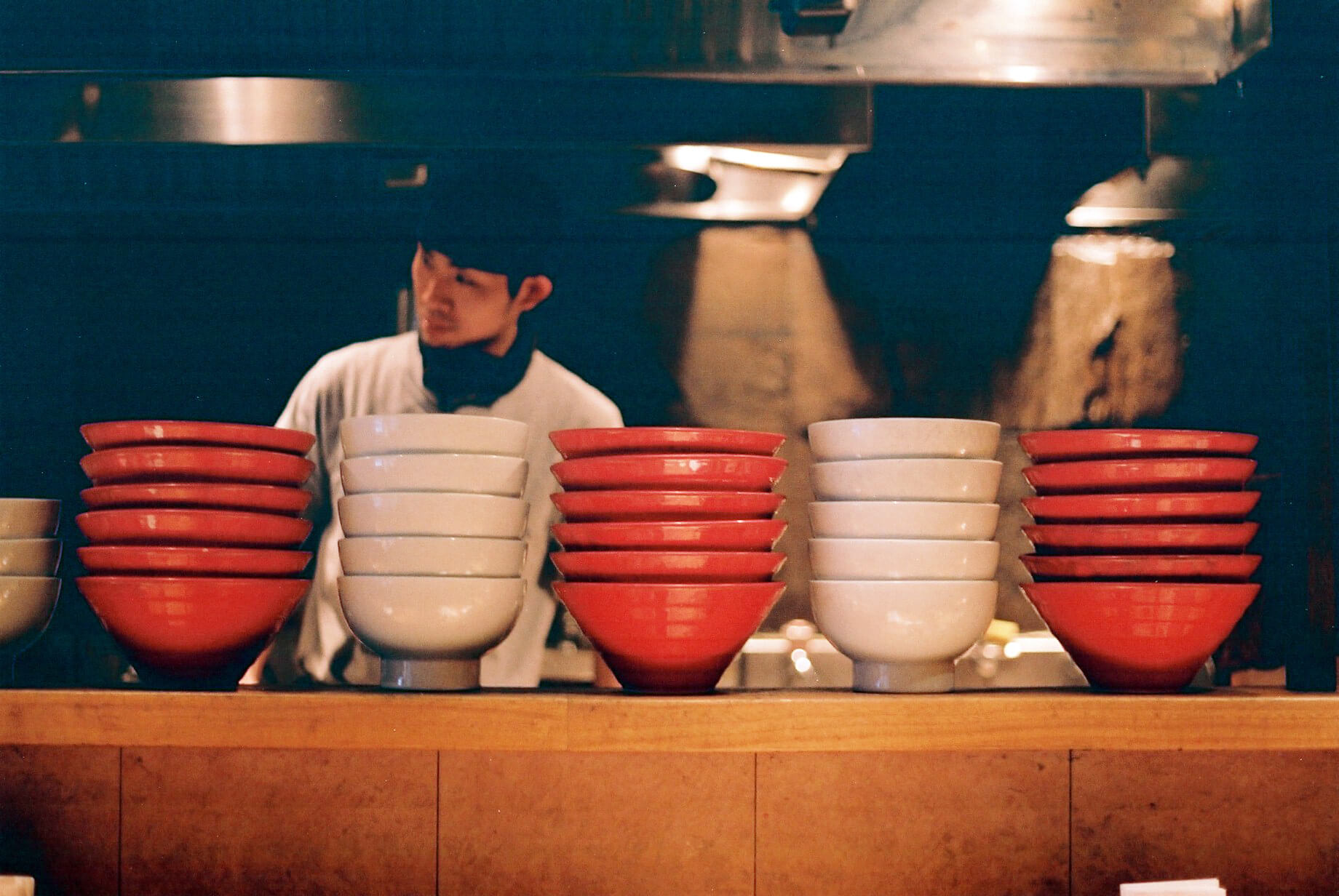 IPPUDO's red and white bowls, and the origin of their porcelain
