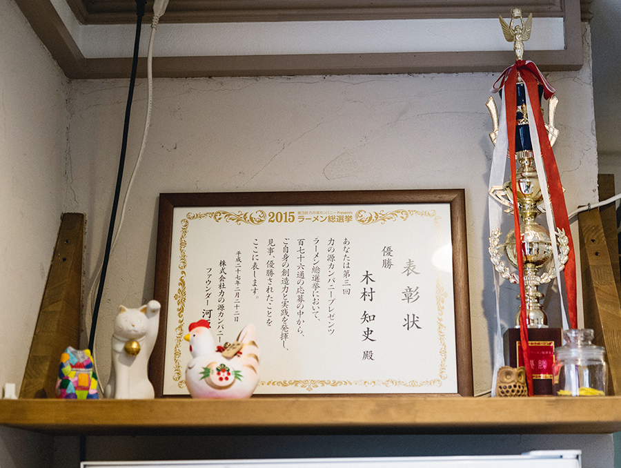 一風堂「WORLD RAMEN GRAND PRIX」優勝時の賞状とトロフィー